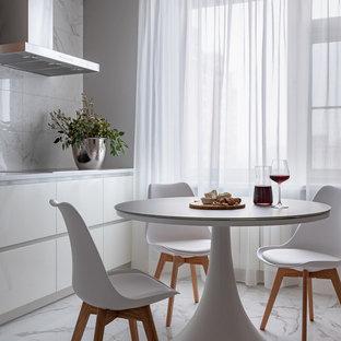 モスクワの中くらいのコンテンポラリースタイルのおしゃれなキッチン (フラットパネル扉のキャビネット、白いキャビネット、クオーツストーンカウンター、白いキッチンパネル、セラミックタイルのキッチンパネル、シルバーの調理設備、磁器タイルの床、アイランドなし、白い床、白いキッチンカウンター) の写真