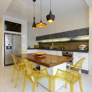 Новый формат декора квартиры: угловая кухня в современном стиле с обеденным столом, плоскими фасадами, серыми фасадами, коричневым фартуком и техникой из нержавеющей стали
