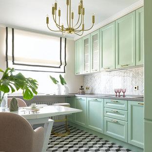 Идея дизайна: отдельная кухня в стиле современная классика с фасадами с утопленной филенкой, зелеными фасадами, серым фартуком, серым полом и серой столешницей без острова