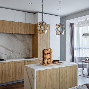 Стильный дизайн: параллельная кухня-гостиная среднего размера в современном стиле с накладной раковиной, плоскими фасадами, фасадами цвета дерева среднего тона, белым фартуком, фартуком из каменной плиты, темным паркетным полом, островом, коричневым полом и белой столешницей - последний тренд