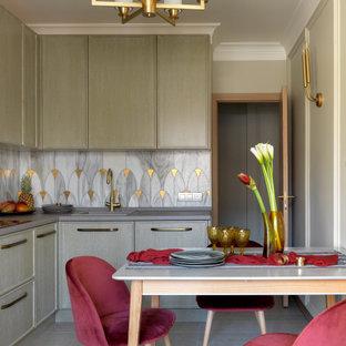 Пример оригинального дизайна: маленькая угловая, отдельная кухня в стиле современная классика с накладной раковиной, зелеными фасадами, разноцветным фартуком, серым полом, серой столешницей и фасадами с декоративным кантом без острова