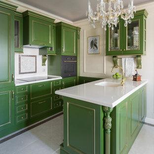 Пример оригинального дизайна: маленькая параллельная кухня в классическом стиле с монолитной раковиной, фасадами с выступающей филенкой, зелеными фасадами, столешницей из акрилового камня, белым фартуком, фартуком из мрамора, черной техникой, полом из керамогранита, бежевым полом, белой столешницей и полуостровом