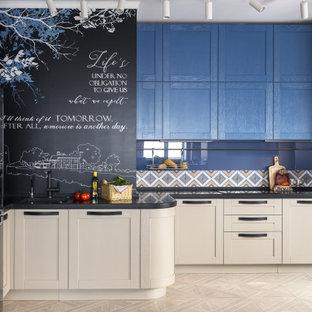 Пример оригинального дизайна: кухня в стиле современная классика с врезной раковиной, фасадами с утопленной филенкой, бежевыми фасадами, синим фартуком и бежевым полом без острова
