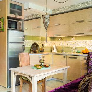 サンクトペテルブルクの小さいアジアンスタイルのおしゃれなキッチン (フラットパネル扉のキャビネット、淡色木目調キャビネット、ラミネートカウンター、セラミックタイルのキッチンパネル、シルバーの調理設備の、セラミックタイルの床) の写真