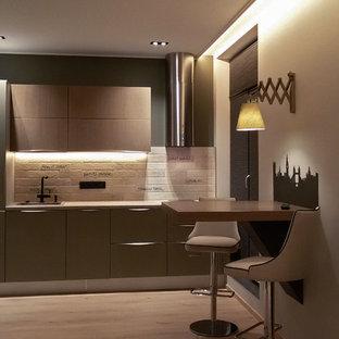 サンクトペテルブルクの小さいコンテンポラリースタイルのおしゃれなキッチン (ドロップインシンク、フラットパネル扉のキャビネット、グレーのキャビネット、ラミネートカウンター、白いキッチンパネル、レンガのキッチンパネル、シルバーの調理設備の、ラミネートの床、アイランドなし、ベージュの床) の写真
