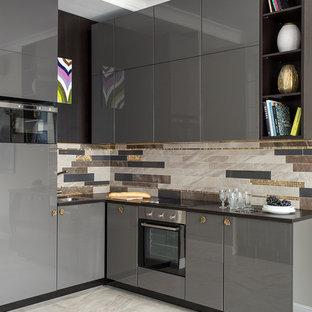 Свежая идея для дизайна: маленькая угловая кухня-гостиная в современном стиле с плоскими фасадами, серыми фасадами, фартуком из керамогранитной плитки, одинарной раковиной, разноцветным фартуком, серым полом, техникой из нержавеющей стали и полом из керамогранита без острова - отличное фото интерьера