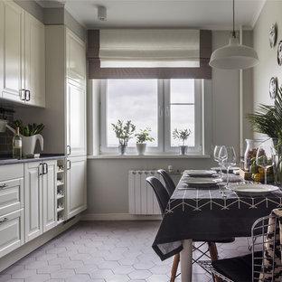 Выдающиеся фото от архитекторов и дизайнеров интерьера: отдельная кухня в стиле современная классика с фасадами с выступающей филенкой, белыми фасадами, серым полом и фартуком из плитки кабанчик без острова