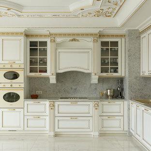 Стильный дизайн: угловая кухня в классическом стиле с накладной раковиной, фасадами с выступающей филенкой, бежевыми фасадами, серым фартуком, цветной техникой, бежевым полом и серой столешницей - последний тренд