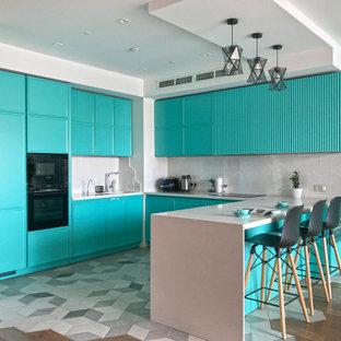Moderne Küche in U-Form mit Waschbecken, türkisfarbenen Schränken, Küchenrückwand in Grau, schwarzen Elektrogeräten, Halbinsel, grauem Boden und grauer Arbeitsplatte in Moskau