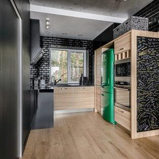 Неиссякаемый источник вдохновения для домашнего уюта: п-образная кухня в современном стиле с плоскими фасадами, светлыми деревянными фасадами, черным фартуком, фартуком из плитки кабанчик, техникой из нержавеющей стали, бежевым полом и черной столешницей