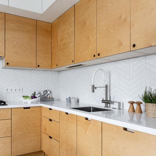 Idee per una cucina nordica di medie dimensioni con ante lisce, ante gialle, top in superficie solida, paraspruzzi bianco, paraspruzzi con piastrelle in ceramica, pavimento con piastrelle in ceramica, nessuna isola, pavimento grigio e top bianco