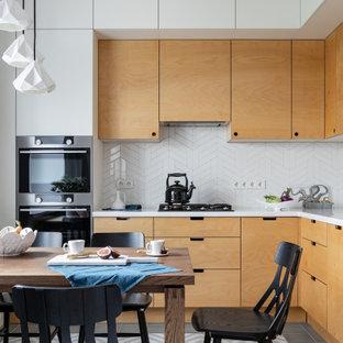 サンクトペテルブルクの中サイズの北欧スタイルのおしゃれなキッチン (フラットパネル扉のキャビネット、黄色いキャビネット、人工大理石カウンター、白いキッチンパネル、セラミックタイルのキッチンパネル、セラミックタイルの床、アイランドなし、グレーの床、白いキッチンカウンター) の写真