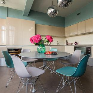 Стильный дизайн: угловая кухня среднего размера в современном стиле с обеденным столом, врезной раковиной, плоскими фасадами, бежевыми фасадами, столешницей из кварцевого композита, полом из керамогранита, бежевым фартуком и техникой из нержавеющей стали без острова - последний тренд