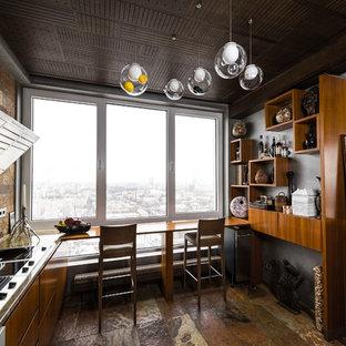 Пример оригинального дизайна: п-образная кухня-гостиная в современном стиле с плоскими фасадами, фасадами цвета дерева среднего тона, коричневым фартуком, коричневым полом и полуостровом