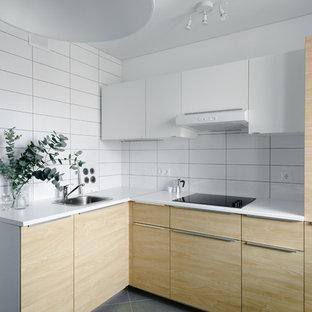 Создайте стильный интерьер: отдельная, угловая кухня в скандинавском стиле с накладной раковиной, плоскими фасадами и белым фартуком без острова - последний тренд