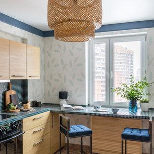 Свежая идея для дизайна: кухня в современном стиле с плоскими фасадами и светлыми деревянными фасадами без острова - отличное фото интерьера