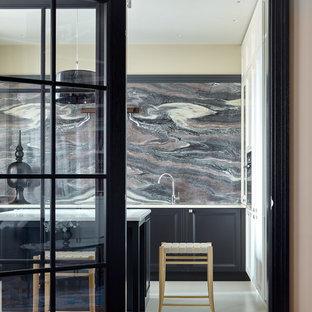 Идея дизайна: отдельная кухня среднего размера в стиле неоклассика (современная классика) с фасадами с утопленной филенкой, серым фартуком, фартуком из мрамора, островом, белым полом, белой столешницей и серыми фасадами