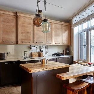 Источник вдохновения для домашнего уюта: параллельная кухня среднего размера в стиле современная классика с монолитной раковиной, плоскими фасадами, коричневыми фасадами, деревянной столешницей, бежевым фартуком, техникой под мебельный фасад, паркетным полом среднего тона, островом, коричневым полом и бежевой столешницей