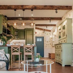 Пример оригинального дизайна: кухня в скандинавском стиле с зелеными фасадами, белым фартуком и фартуком из плитки кабанчик