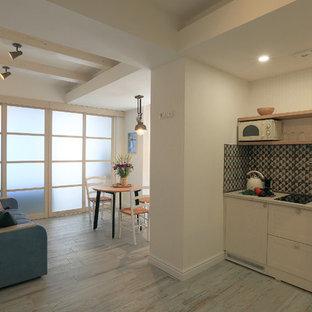 Modelo de cocina lineal, mediterránea, pequeña, sin isla, con salpicadero multicolor, salpicadero de azulejos de cerámica, suelo de baldosas de porcelana y suelo turquesa
