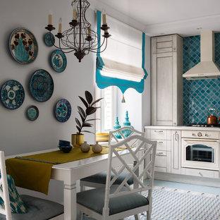 モスクワの中サイズのトランジショナルスタイルのおしゃれなキッチン (淡色木目調キャビネット、人工大理石カウンター、青いキッチンパネル、セラミックタイルのキッチンパネル、白い調理設備、セラミックタイルの床、アイランドなし、ターコイズの床、シェーカースタイル扉のキャビネット) の写真