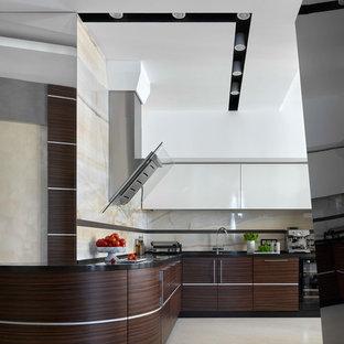 Идея дизайна: угловая кухня в современном стиле с плоскими фасадами, темными деревянными фасадами, бежевым полом, черной столешницей и фартуком из каменной плиты