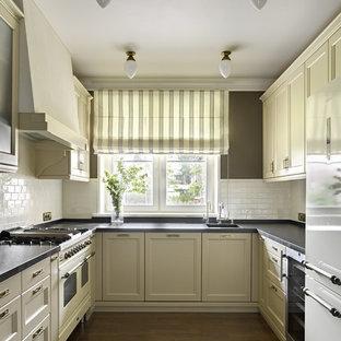 モスクワの大きいコンテンポラリースタイルのおしゃれなキッチン (シングルシンク、落し込みパネル扉のキャビネット、白い調理設備、無垢フローリング、アイランドなし、ガラスまたは窓のキッチンパネル、ベージュのキャビネット、白いキッチンパネル) の写真