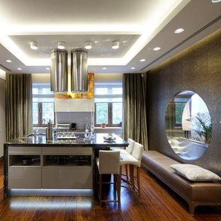 Пример оригинального дизайна: кухня среднего размера в современном стиле с плоскими фасадами, белыми фасадами, гранитной столешницей, паркетным полом среднего тона и островом
