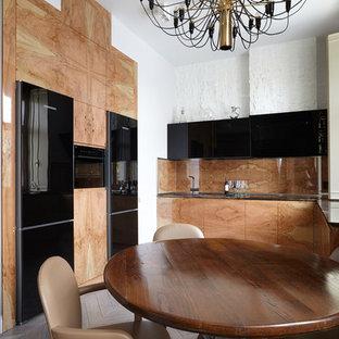 Новые идеи обустройства дома: кухня в современном стиле с плоскими фасадами, бежевыми фасадами, коричневым фартуком, черной техникой и светлым паркетным полом без острова