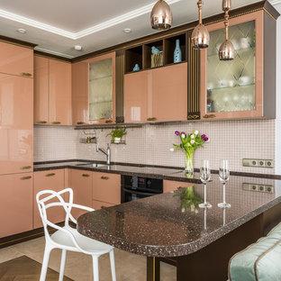 Пример оригинального дизайна интерьера: п-образная кухня-гостиная в стиле современная классика с врезной раковиной, плоскими фасадами, бежевым фартуком, фартуком из плитки мозаики, черной техникой, полуостровом, бежевым полом и коричневой столешницей