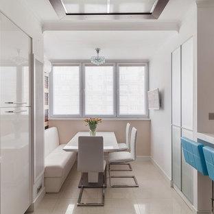 На фото: кухня в современном стиле с бежевым полом с