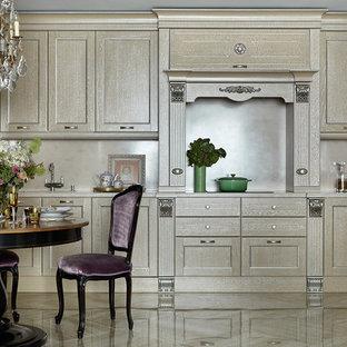 Новый формат декора квартиры: линейная кухня в классическом стиле с светлыми деревянными фасадами, бежевым фартуком, белой техникой, мраморным полом, бежевым полом, столешницей из акрилового камня, обеденным столом и фасадами в стиле шейкер без острова