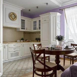 Пример оригинального дизайна: п-образная кухня в стиле современная классика с обеденным столом, белыми фасадами, бежевым фартуком и бежевым полом без острова