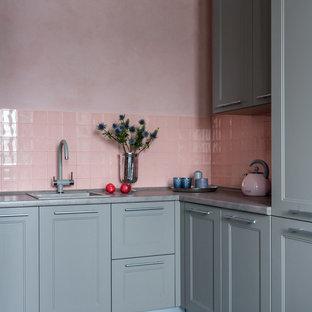 Новый формат декора квартиры: маленькая п-образная кухня-гостиная в стиле современная классика с одинарной раковиной, фасадами с утопленной филенкой, серыми фасадами, розовым фартуком, фартуком из керамической плитки, серой столешницей и серым полом без острова