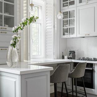 Imagen de cocina comedor bandeja, nórdica, de tamaño medio, con suelo vinílico y suelo blanco