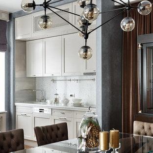 Неиссякаемый источник вдохновения для домашнего уюта: линейная кухня-гостиная в стиле современная классика с белыми фасадами и техникой под мебельный фасад