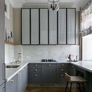 Неиссякаемый источник вдохновения для домашнего уюта: маленькая п-образная, отдельная кухня в стиле современная классика с врезной раковиной, фасадами с декоративным кантом, серыми фасадами, белым фартуком, коричневым полом и белой столешницей