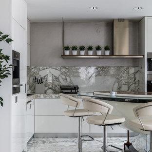 Идея дизайна: угловая кухня-гостиная в современном стиле с накладной раковиной, плоскими фасадами, белыми фасадами, мраморной столешницей, бежевым фартуком, фартуком из мрамора, техникой из нержавеющей стали, мраморным полом, бежевым полом и бежевой столешницей