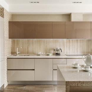 Идея дизайна: угловая кухня-гостиная среднего размера в современном стиле с монолитной раковиной, плоскими фасадами, бежевыми фасадами, бежевым фартуком, белой техникой, островом, бежевой столешницей, фартуком с окном, паркетным полом среднего тона и коричневым полом