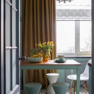 На фото: отдельная кухня в стиле неоклассика (современная классика) с бежевым полом с