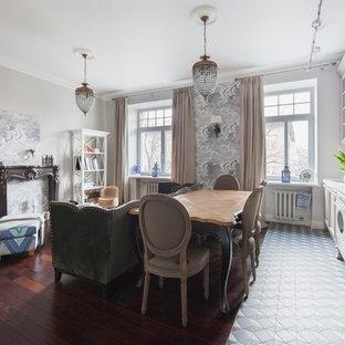 Выдающиеся фото от архитекторов и дизайнеров интерьера: линейная кухня-гостиная в классическом стиле с бежевыми фасадами, белым фартуком, фартуком из плитки кабанчик и полом из керамической плитки без острова