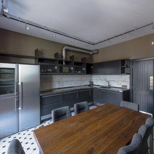 サンクトペテルブルクの中サイズのインダストリアルスタイルのおしゃれなキッチン (グレーのキッチンパネル、シルバーの調理設備の、セラミックタイルの床、白い床、シェーカースタイル扉のキャビネット、黒いキャビネット、ステンレスカウンター、アイランドなし、グレーのキッチンカウンター) の写真