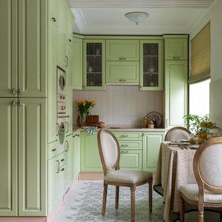 Стильный дизайн: угловая кухня-гостиная в классическом стиле с накладной раковиной, фасадами с выступающей филенкой, зелеными фасадами, белым фартуком, белой техникой, бежевой столешницей и разноцветным полом без острова - последний тренд