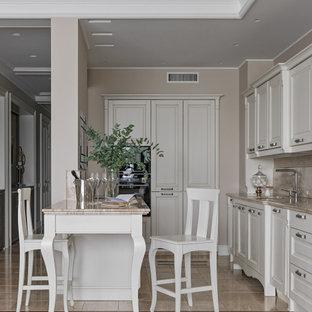 Пример оригинального дизайна: прямая кухня-гостиная в стиле современная классика с фасадами с выступающей филенкой, белыми фасадами, бежевым фартуком, островом, бежевой столешницей и многоуровневым потолком