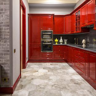 Bild på ett mellanstort vintage kök, med luckor med upphöjd panel, röda skåp, granitbänkskiva, grått stänkskydd, svarta vitvaror och klinkergolv i porslin