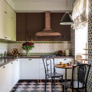 Mid-Century Küche ohne Insel in L-Form mit Einbauwaschbecken, flächenbündigen Schrankfronten, weißen Schränken, bunter Rückwand, buntem Boden und brauner Arbeitsplatte in Moskau