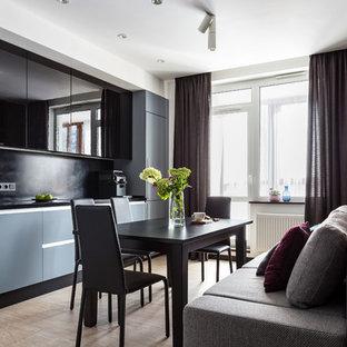 Свежая идея для дизайна: линейная кухня в современном стиле с плоскими фасадами, столешницей из акрилового камня, черным фартуком, полом из керамогранита, бежевым полом, черной столешницей, обеденным столом и черными фасадами - отличное фото интерьера