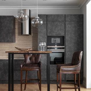 Стильный дизайн: линейная кухня-гостиная в стиле современная классика с светлым паркетным полом, бежевым полом, плоскими фасадами, серыми фасадами, бежевым фартуком, техникой под мебельный фасад и бежевой столешницей без острова - последний тренд