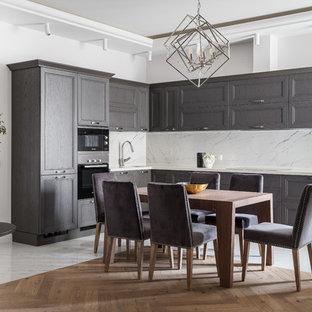 Новые идеи обустройства дома: кухня-гостиная в стиле современная классика с светлым паркетным полом и бежевым полом
