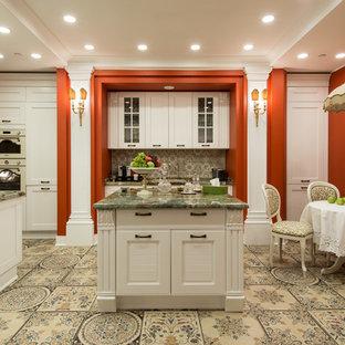 Выдающиеся фото от архитекторов и дизайнеров интерьера: кухня в викторианском стиле с обеденным столом, фасадами в стиле шейкер, белыми фасадами и двумя и более островами